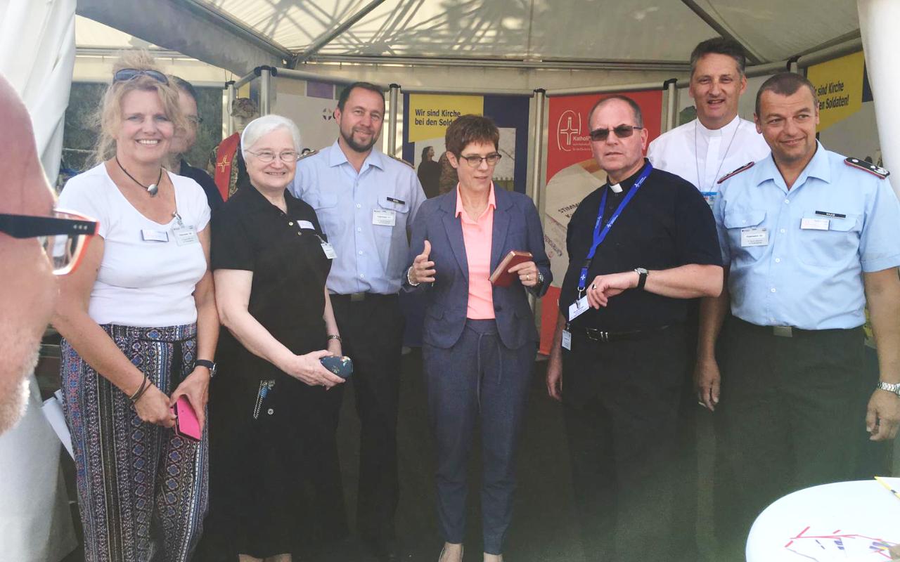 Ministerin Annegret Kramp-Karrenbauer zu Besuch am Stand