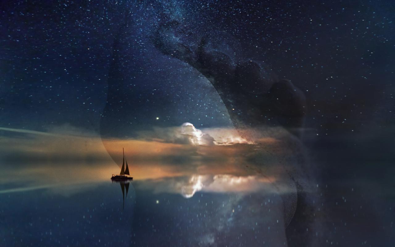 Ein Segelschiff schippert über eine ruhige See. Der Sternenhimmel stößt direkt an den Horizont. Auf einer zweiten Ebene schimmert eine Hand durch, aus der Sand rieselt.
